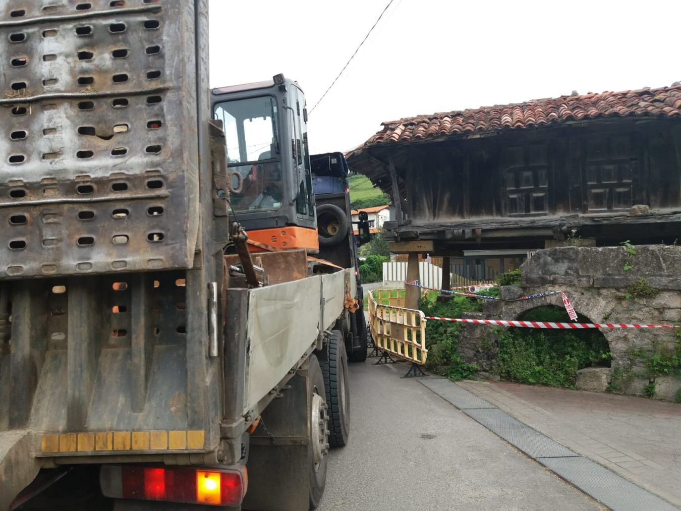 Un camión de grandes dimensiones daña el alero del histórico hórreo de Vega (Ribadesella)