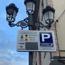Código de colores y paneles electrónicos para informar sobre la ocupación de plazas en la zona azul de Cangas de Onís