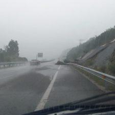 Un desprendimiento mantiene cortado un carril de la A-8 entre Colombres y Bustio dirección Santander