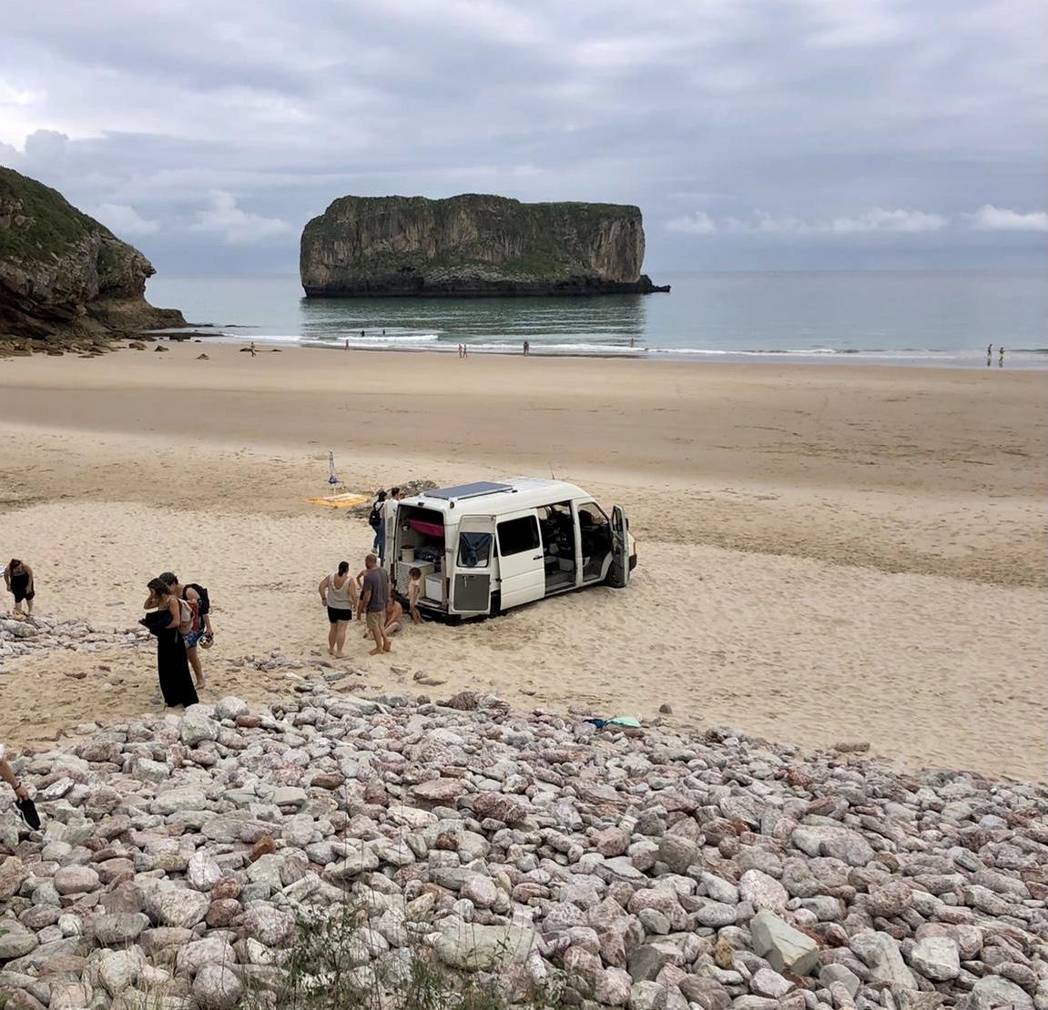 Una autocaravana se queda bloqueada en la arena de la playa de Andrín en Llanes