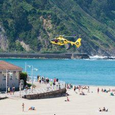 El rescate aéreo de un excursionista acuático obliga a despejar la playa de Ribadesella