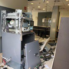 Unos ladrones revientan y se llevan 30.000 euros de la sucursal de Liberbank en Villamayor (Piloña)