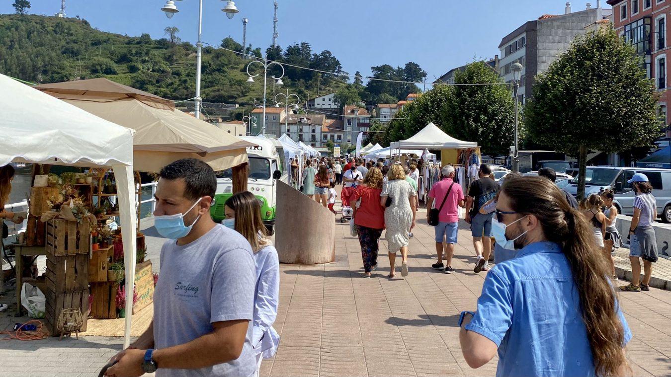 Ribadesella estrena un Mercazoco con 38 puestos y variedad de productos en el último fin de semana de agosto