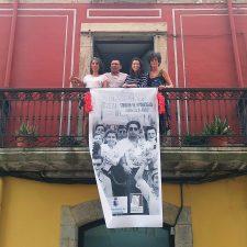 Fotofrafías antiguas cuelgan de los balcones de Ribadesella para conservar el espíritu sellero en el segundo año Sin Piragües