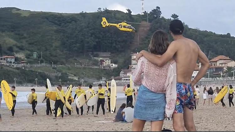 Tristeza en la playa de Ribadesella tras la muerte del bañista rescatado in extremis en la tarde de ayer