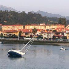Un velero queda encallado en la entrada al puerto deportivo de Ribadesella