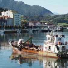 Los pescadores de Ribadesella sospechan que habrá retrasos en el prometido dragado integral de la ría