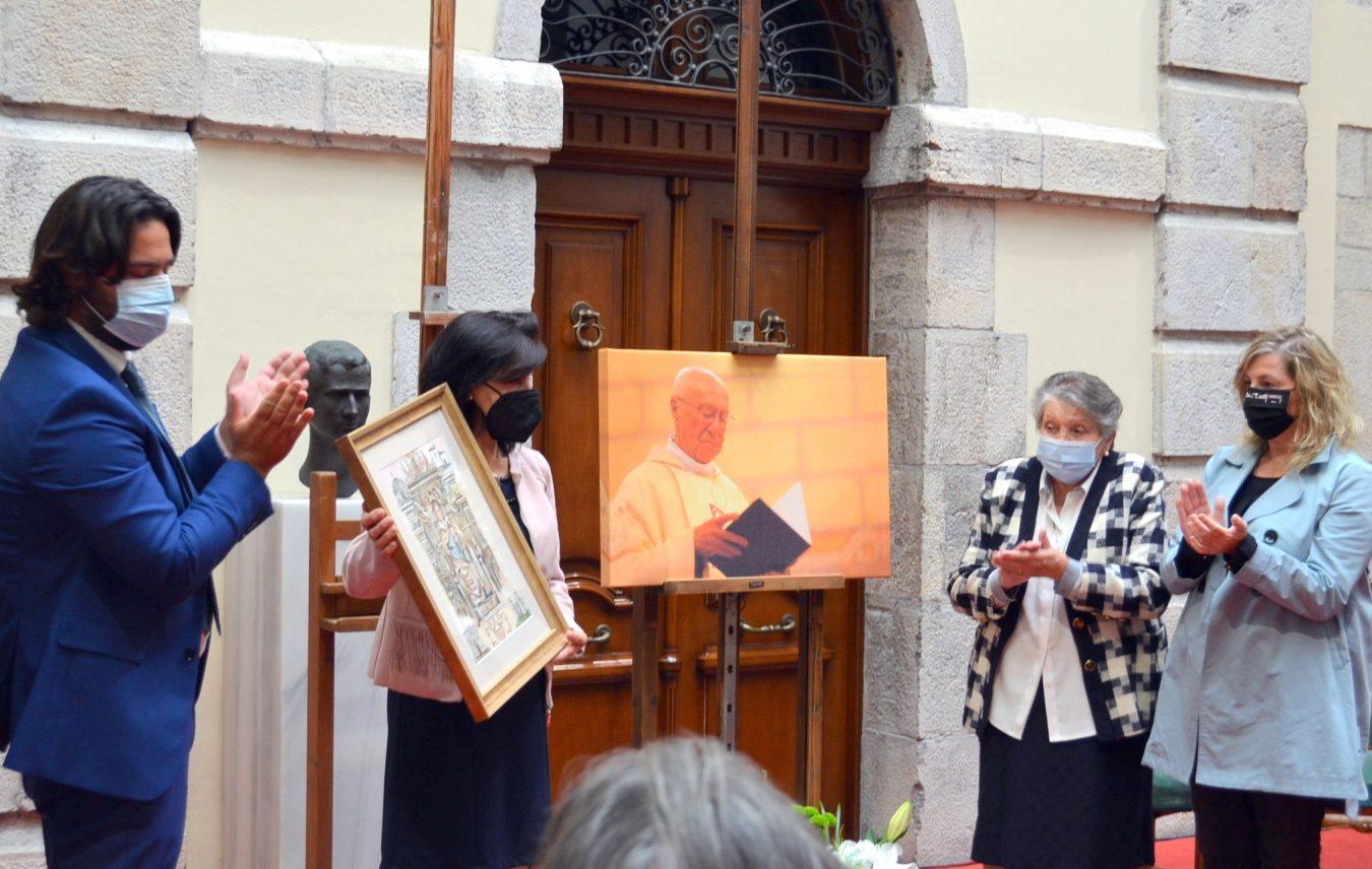 Llanes rinde homenaje póstumo a Don Luis y abre un libro de firmas