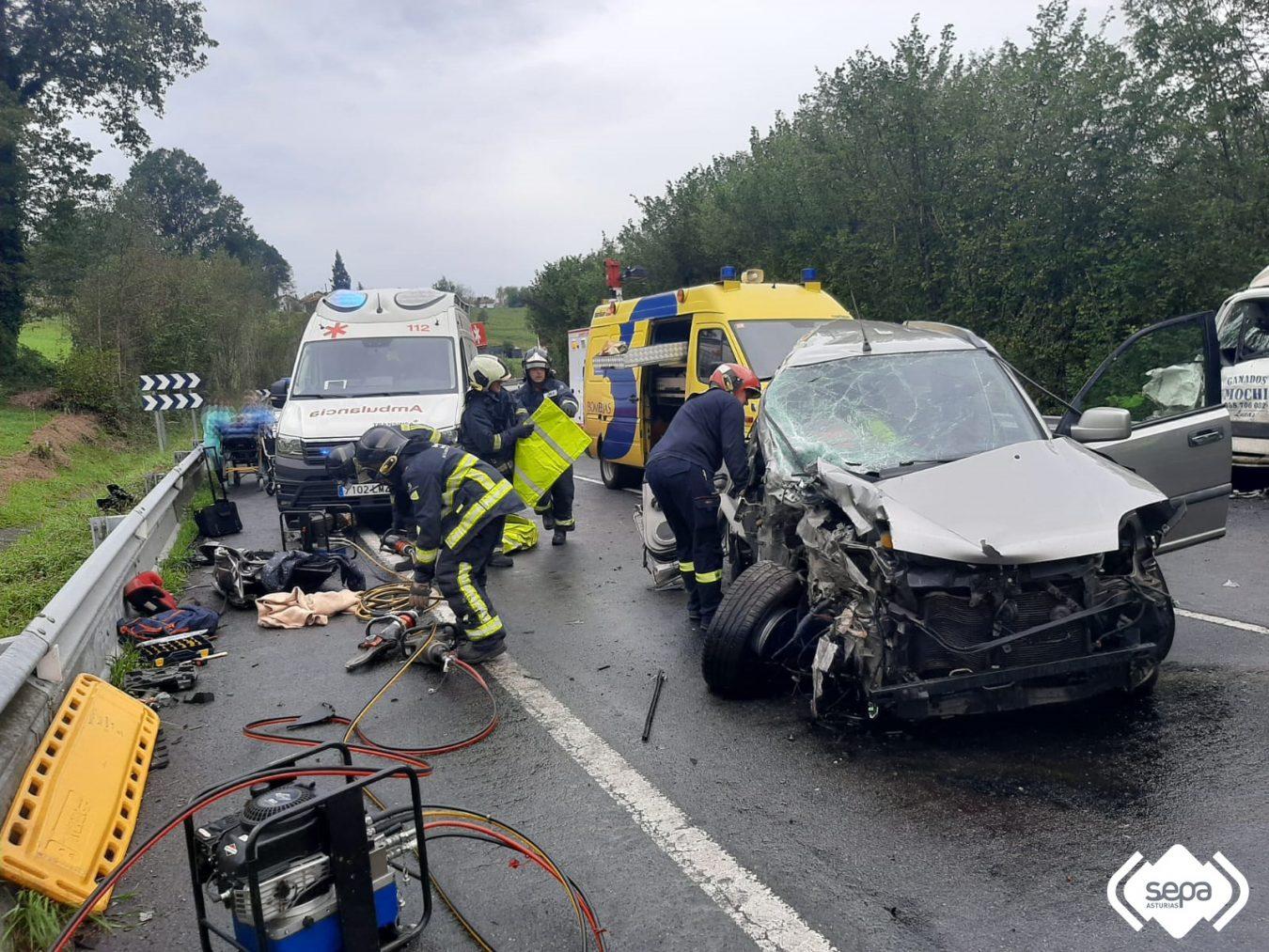 Tres heridos en la colisión entre un camión de ganado y un coche en la N-634