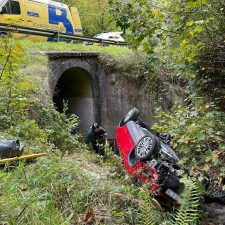 Un hombre y una mujer resultan heridos tras caer con su coche al cauce de un río en Llonín