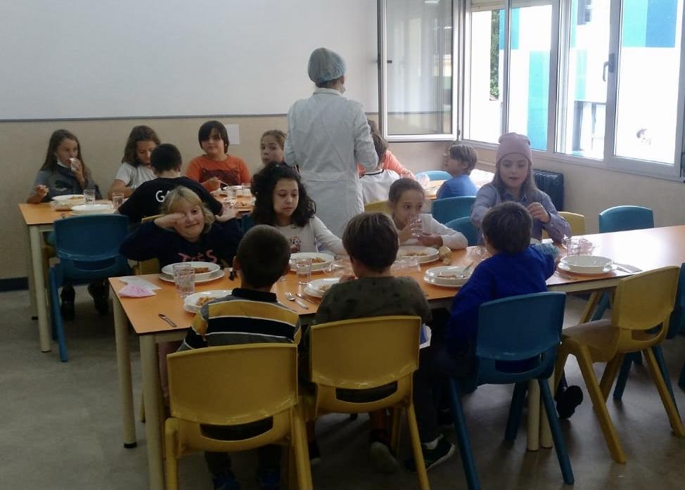 Macarrones con tomate y pescado con verduras el primer menú del comedor escolar de Ribadesella