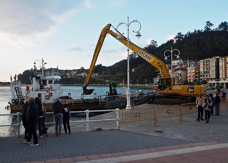 Con la llegada de la excavadora de oruga a Ribadesella comienza el dragado del puerto pesquero junto a La Nalona