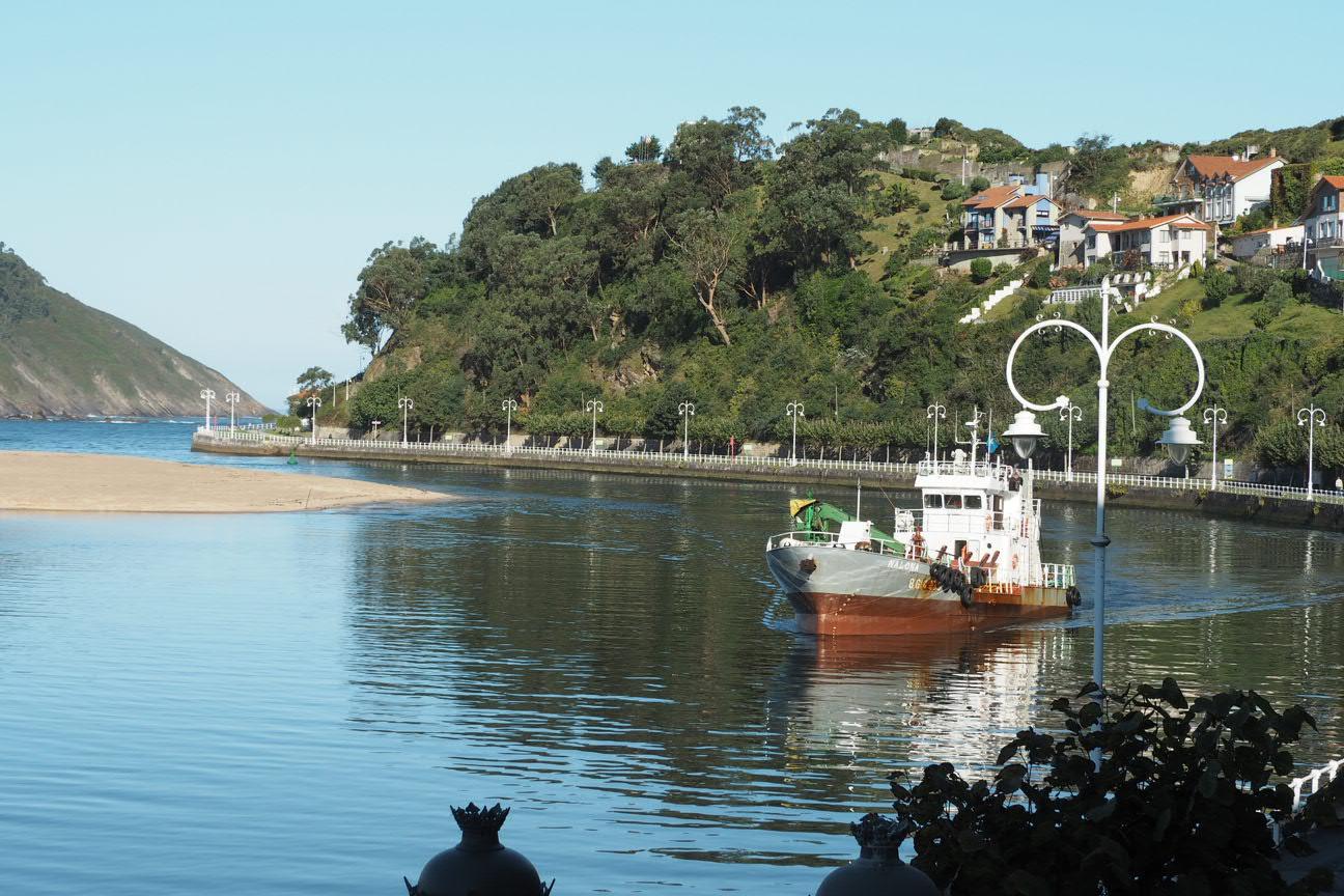 El Principado contratará una pala para extraer lodos del puerto de Ribadesella con la ayuda de La Nalona