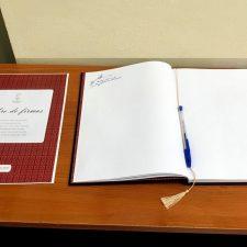 Firmas y mensajes a Don Luis, el Hijo Predilecto del concejo de Llanes