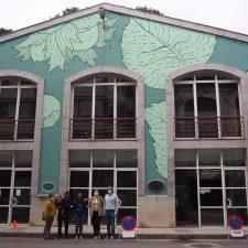 Raposu Roxu se inspira en la avellana para dar color a la fachada de la plaza de abastos de Infiesto