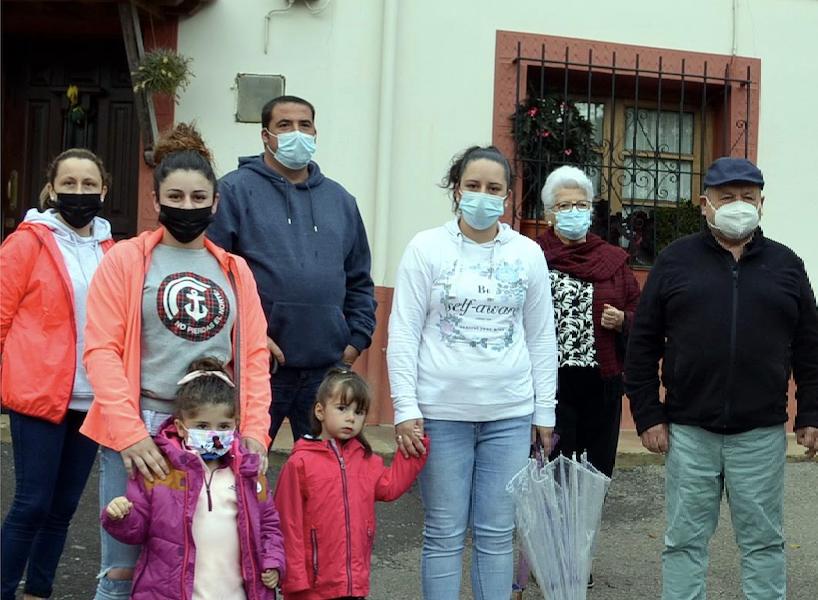 Las familias de Purón inician una campaña de recogida de firmas para pedir transporte escolar para sus hijas