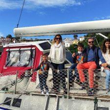 Una familia mexicana que está dando la vuelta al mundo en velero hace escala en el puerto de Lastres